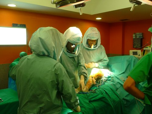 Figura 5.- Cirugía con cascos estériles ventilados, para reducir el índice de infecciones.