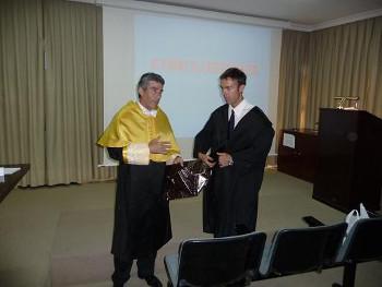 Sobresaliente Cum Laudem a David Segura. Su Director de Tesis (Prof F Santonja) le entrega la insignia de doctor.